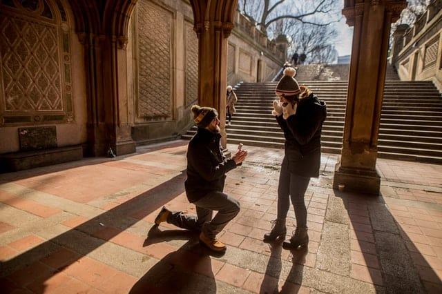"""הצעת נישואין בחו""""ל"""